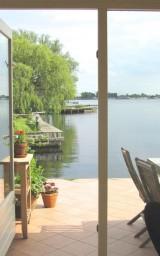 Comfortable lakeside apartment near Amsterdam