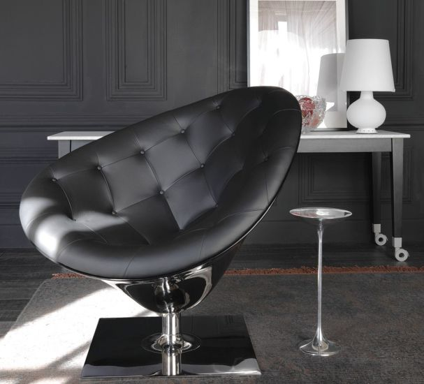 Moor(e): Swivel armchair with black quilted seat