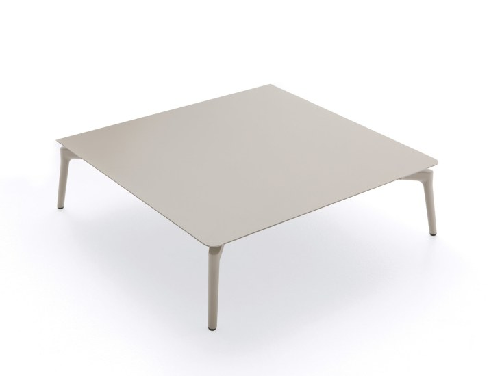Aikana: Low table 76 cm x 76 cm in painted aluminium