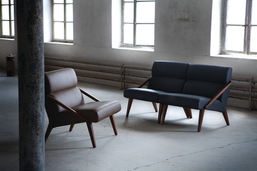 Attesa 01: Small sofa in solid walnut upholstered in different materials