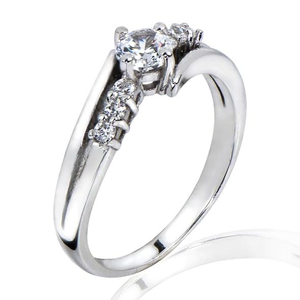 แหวนทอง 18K ประดับเพชร น้ำหนักรวม 0.37 กะรัต ค่าสี F ค่าความสะอาด VS