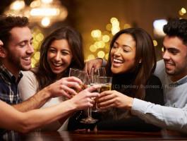 Freunde trinken alkohol in bar fotolia monkey businesstszxa5