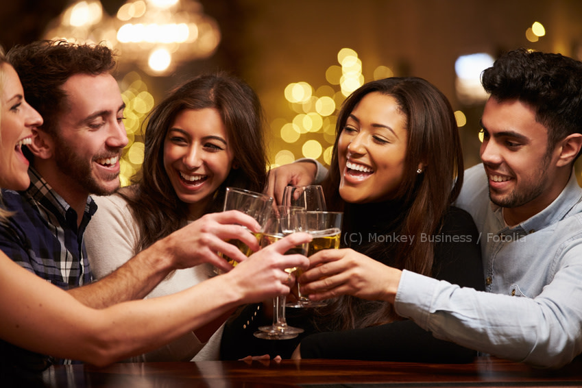 Freunde trinken alkohol in bar fotolia monkey businesstszxa5