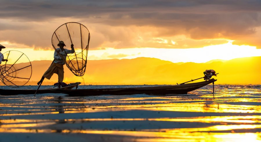 Fischer bei Sonnenaufgang in Myanmar