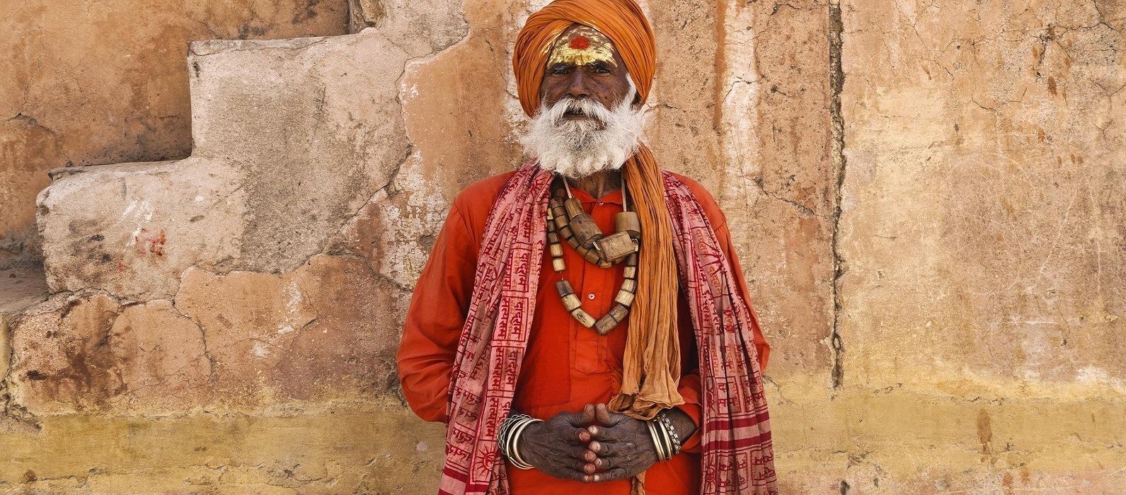 Gläubiger Mann in traditioneller Kleidung in Jaipur, Indien