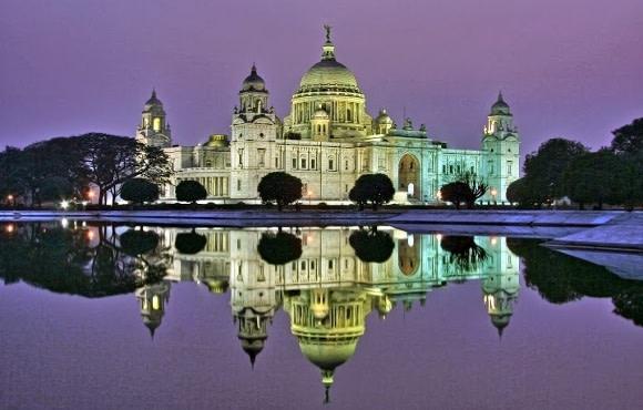 Abendlich beleuchteter Palast in Kalkutta, Ostindien