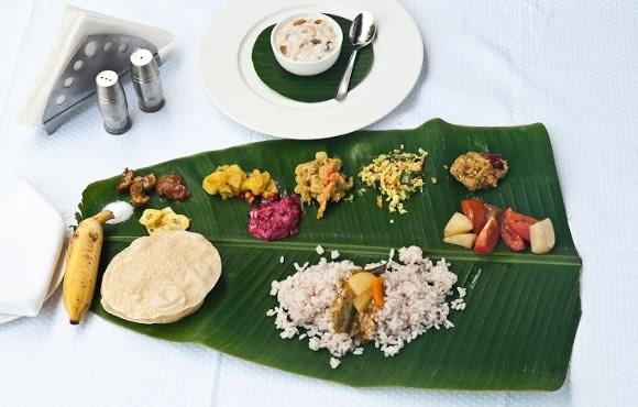 Verschiedene Spezialitäten der südindischen Küche auf einem Palmblatt