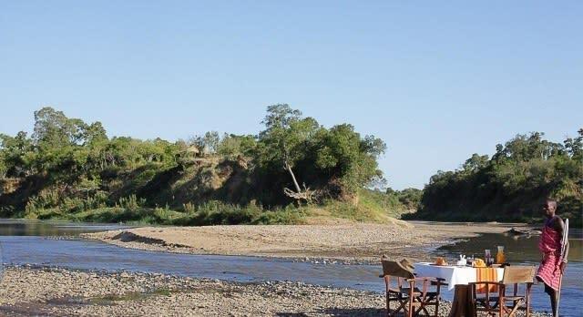 Frühstück am Fluss in Kenia