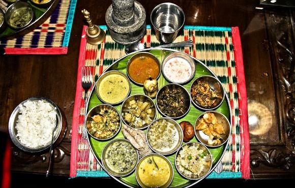 Auswahl verschiedener Gerichte, die beim Kerala Erntedankfest serviert werden