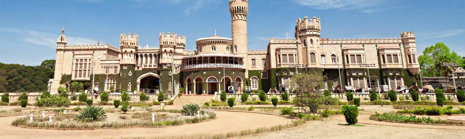 Bangalore-Palast mit Vorgarten in Bangalore, Indien