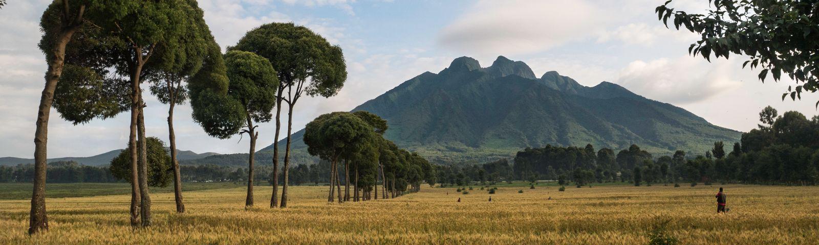 Blick auf einen Vulkan in der Ferne
