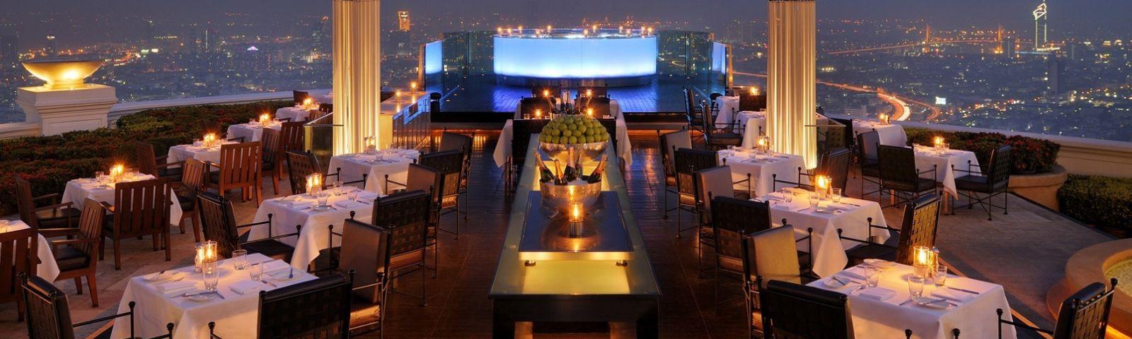 Spektakulärer Blick auf die Dachterrasse der Lebua Sky Bar in Thailand