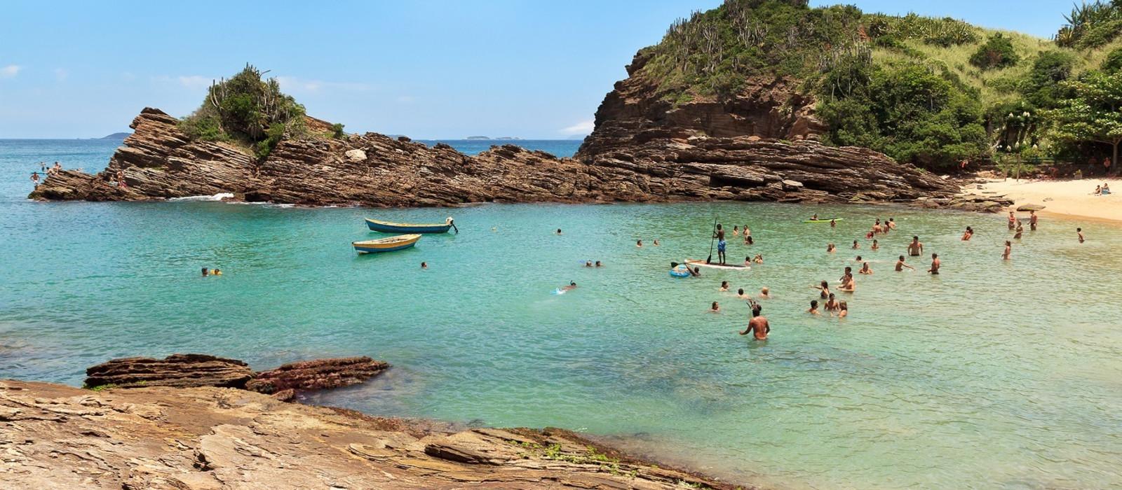 Menschen im Wasser in der Bucht von den Buzios Wasserfällen in Brasilien