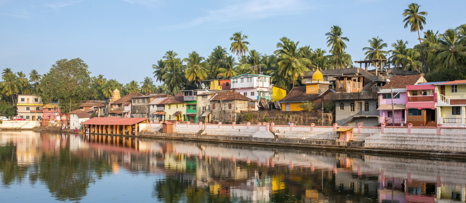 Bunte indische Häuser am Ufer des heiligen Sees Koti Teertha in Gokarna, Indien.
