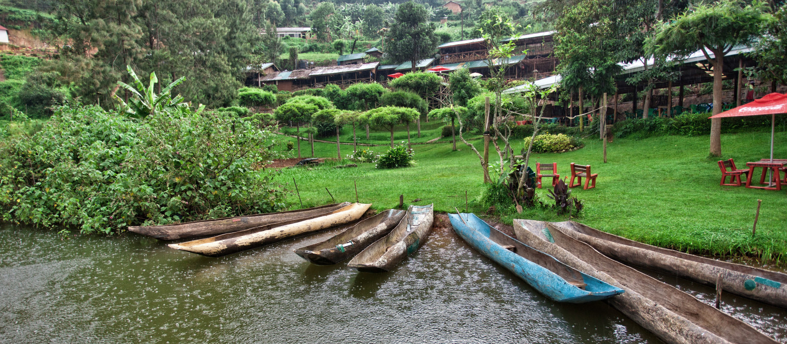 Traditionelle Boote am See Bunyonyi in Uganda, Afrika