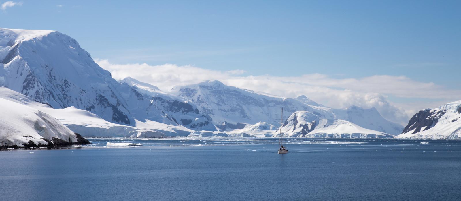 Ein Segelschiff segelt durch den Neumayerkanal, Antarktis