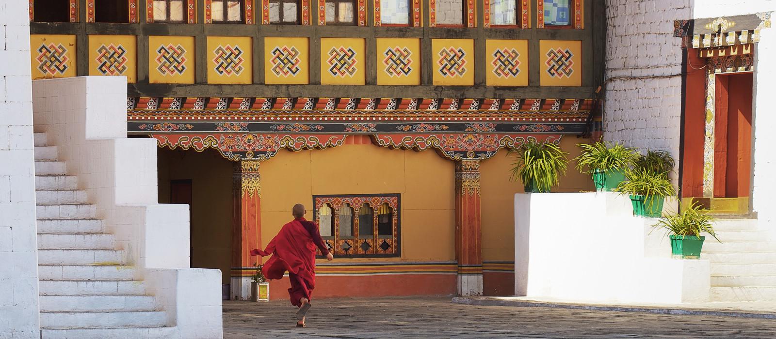 Junger Mönch läuft in Paro Dzong, Bhutan, Asien