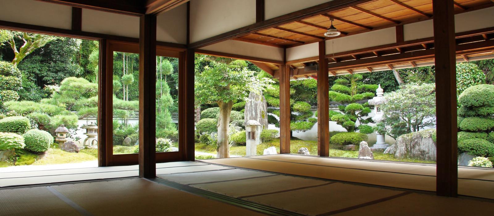 Kyoto: Blick auf den japanischen Garten von einem Tempel aus, Tofuku-ji, Japan