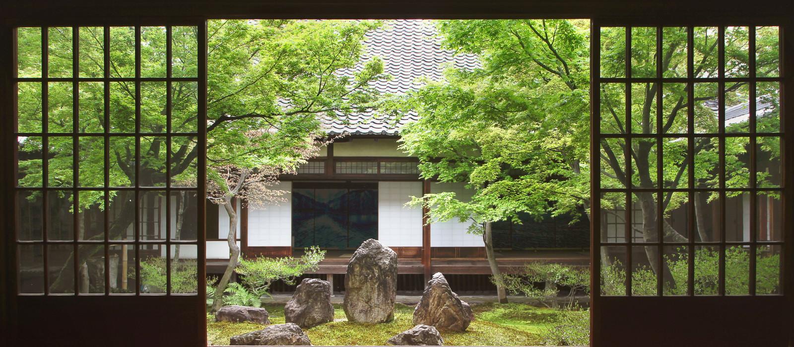 Blick von drinnen auf den japanischen Garten in Kyoto, Japan