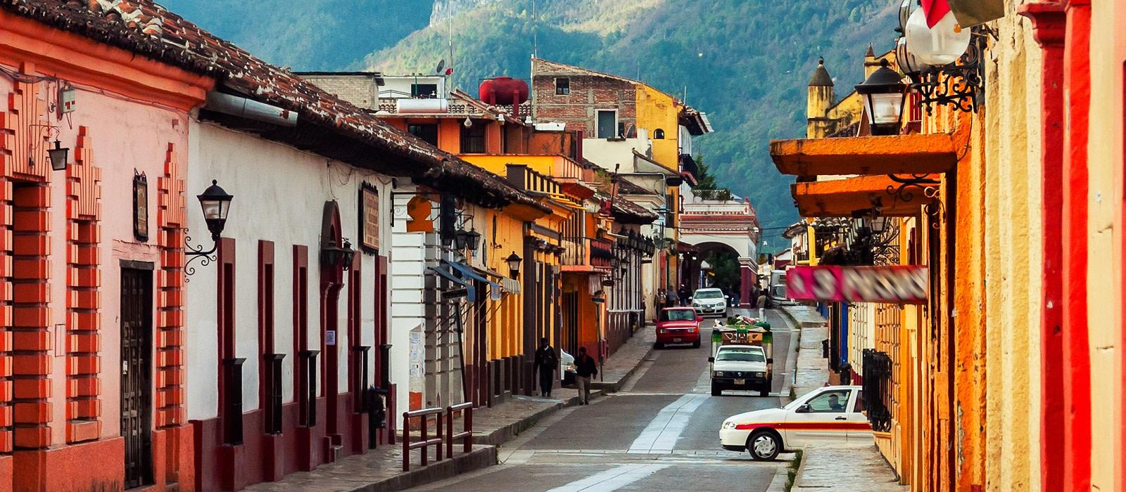 Straße mit bunten Häusern in San Cristobal in Mexikos Kulturhauptstadt Chiapas