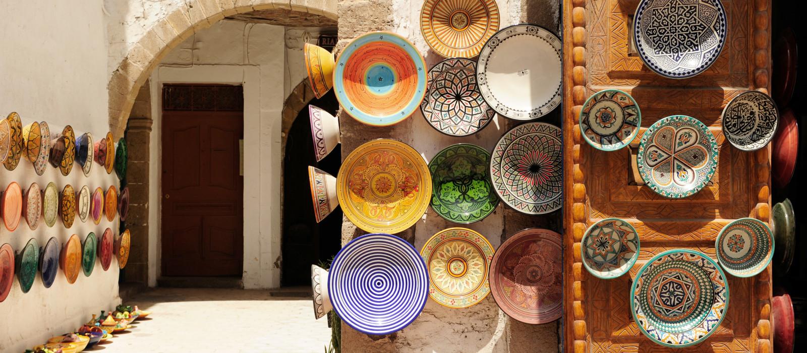 Bunte Souvenirs für Gerichte zu verkaufen, in einem Geschäft in Marokko