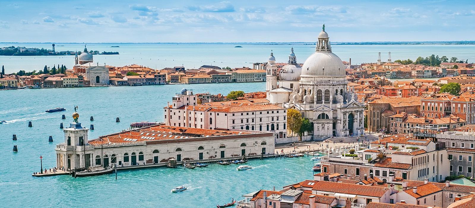 Italien Urlaub - Panorama-Luftaufnahme der Stadtlandschaft von Venedig mit der Kirche Santa Maria della Salute, Venetien, Italien