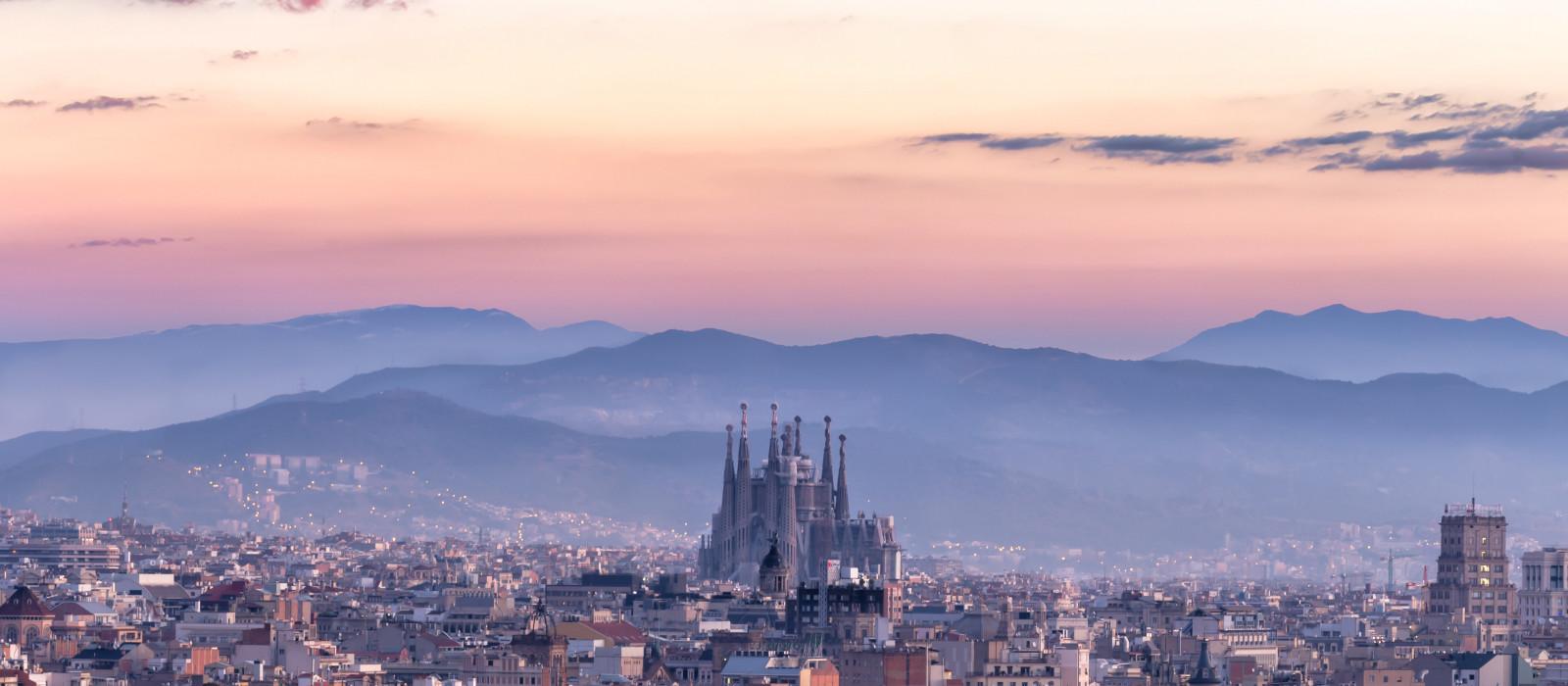 Panorama von Barcelona mit Sagrada Familia, Spanien