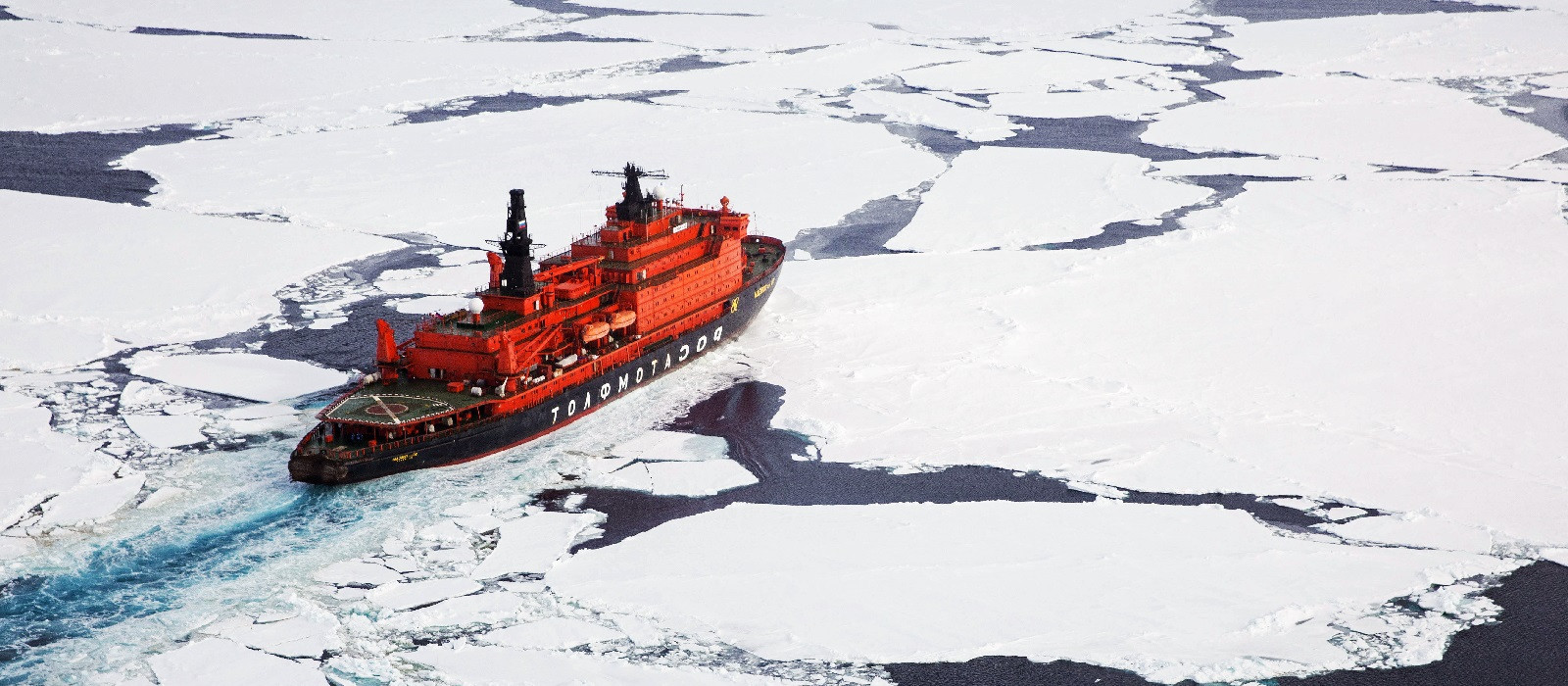 Expeditionsschiff in der Arktis