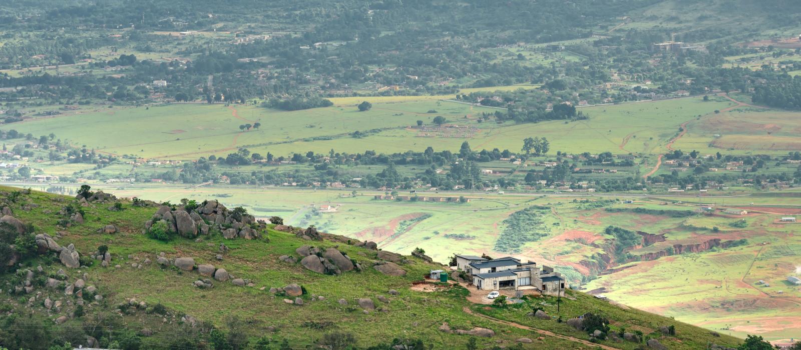 Ezulwini Tal in Swasiland mit wunderschönen Bergen, Bäumen und Felsen in einem malerischen grünen Tal