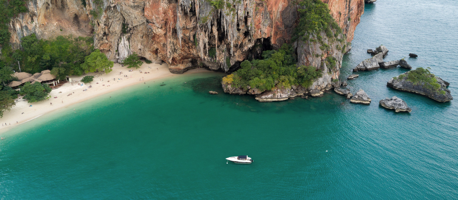 Vogelperspektive des tropischen Strandes und der Höhle von Phra Nang in der Provinz Krabi, Thailand