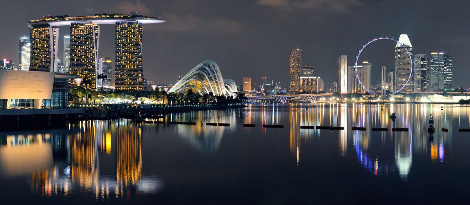 Singapur Skyline bei Nacht mit Stadtgebäuden