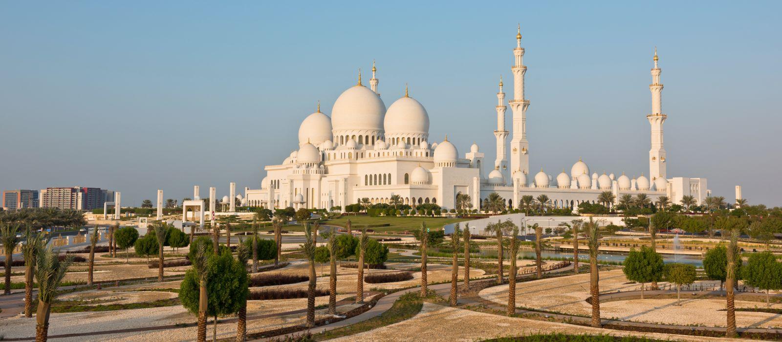 Blick auf die berühmte Sheikh Zayed White Mosque in Abu Dhabi, VAE