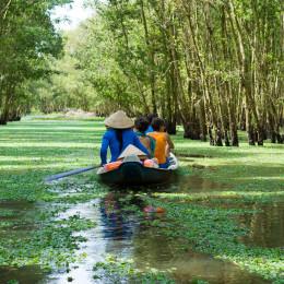 Touristen beim Ruderboot fahren in Tra Su, Vietnam