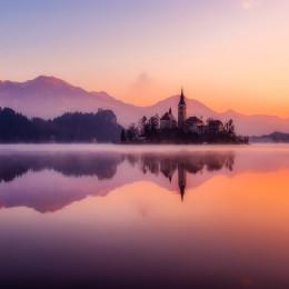 Bleder See mit Bleeder Schloss bei Sonnenaufgang