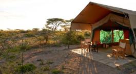 Außenbereich eines Gästezeltes im Ubuntu Camp S Hotel, südliches Serengeti, Tansania