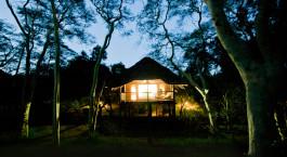 Außenansicht bei Nacht im Hotel Zululand Tree Lodge in Hluhluwe, Südafrika