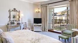 Schlafzimmer mit offenem Balkon im Hotel Cape Grace, Kapstadt, Südafrika