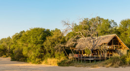 Außenansicht der Rhino Post Safari Lodge, Krüger in Südafrika