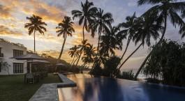 Sonnenuntergang über dem Pool und Außenbereich des Kumu Beach in Balapitiya in Sri Lanka