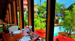 Restaurant mit Blick auf den Pool im Hotel by the Red Canal in Mandalay, Myanmar