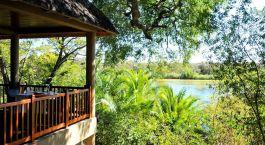 Überdachte Terrasse des Divava Okavango Lodge Hotel in Caprivi Strip, Namibia