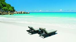 Liegestühle am Strand von Praslin Island, Seychellen