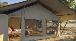 Außenansicht eines Gästezeltes im Kwihala Camp Hotel in Ruaha, Tansania