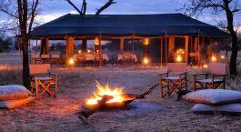 Lagerfeuer vor dem Speisezelt im Olakira Camp in der Serengeti, Tansania