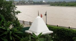 Enchanting Travels - India Tours - Hotel Ganga Kinare -river