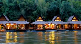 Außenansicht des Float House River Kwai Resorts in Kanchanaburi, Thailand