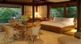 Innenraum mit Sitzbereich und Bett