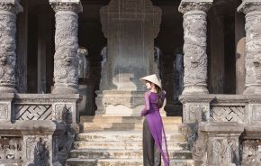 Frau vor Tempel in Hue, Vietnam - Things to do in Vietnam
