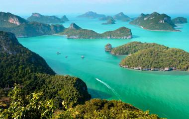 Luftaufnahme der türkisblauen Wasser und bewaldeten Inseln von Koh Samui in Thailand