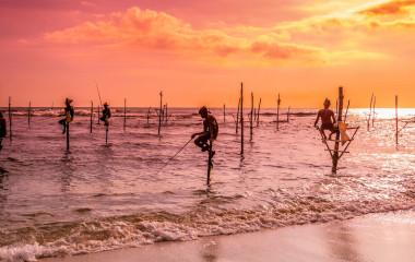 Fischmänner beim Fisch fangen in Sri Lanka